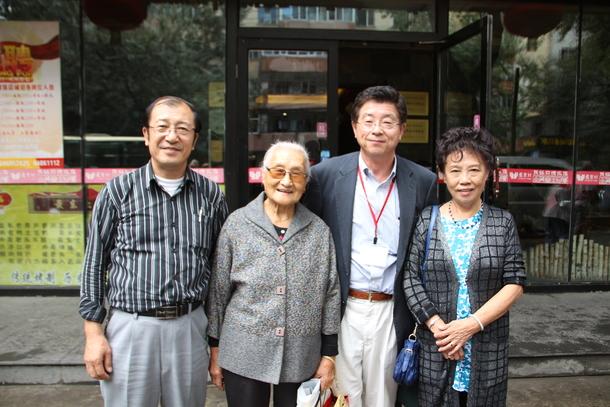 中国養母らとともに