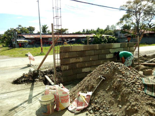 校舎前の塀建設