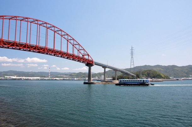 笠戸大橋と鉄道車両