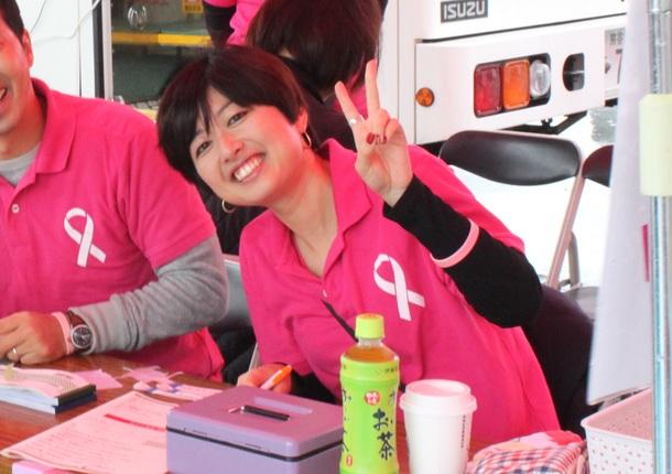 ちいき新聞を発行する地域新聞社のピンクリボン運動で乳がん検診の受付をする女性社員