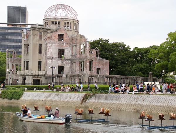 画像:準備の様子と原爆ドーム