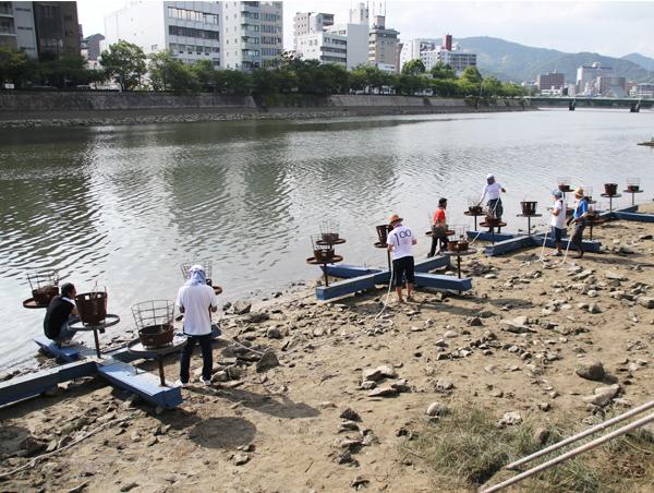 画像:筏を準備する様子