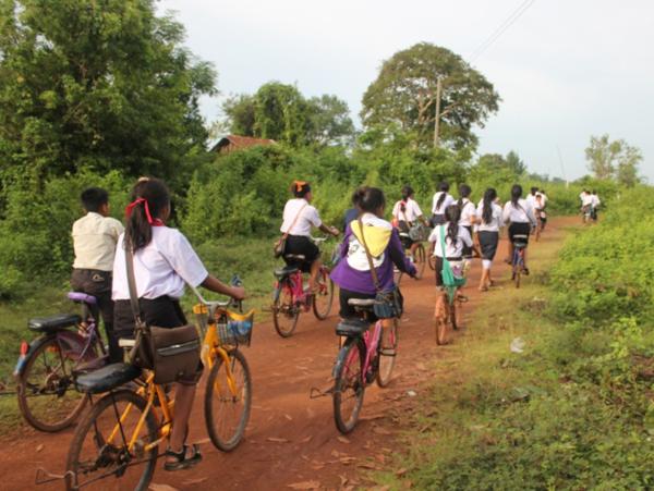 自転車で元気よく登校する子どもたち。