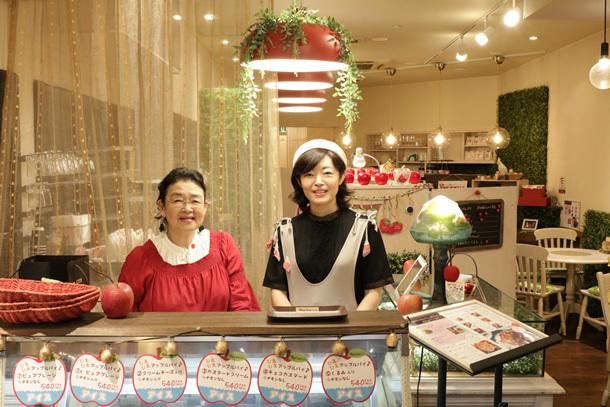 左/店主よしこたん(田中芳子) 右/娘のマーサ(田中雅美)