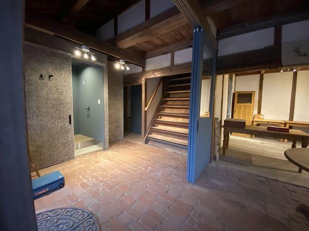 二階に上がる階段と、シャワールームや洗面所、お手洗いがあります。