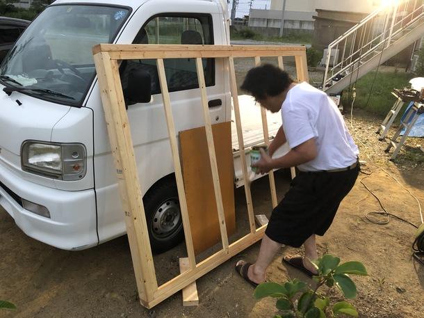 土台になる部分に防腐塗料を塗布する美浦旅館社長