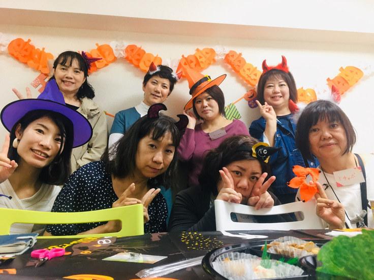 先日のハロウィンでは会場に飾りつけをして、みんなで仮装をしました