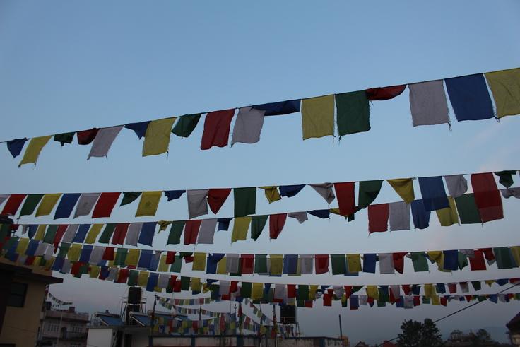 ネパールの空にたなびくタルチョ