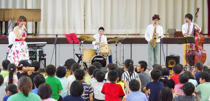 岐阜県岐阜市の小学校にてコンサート