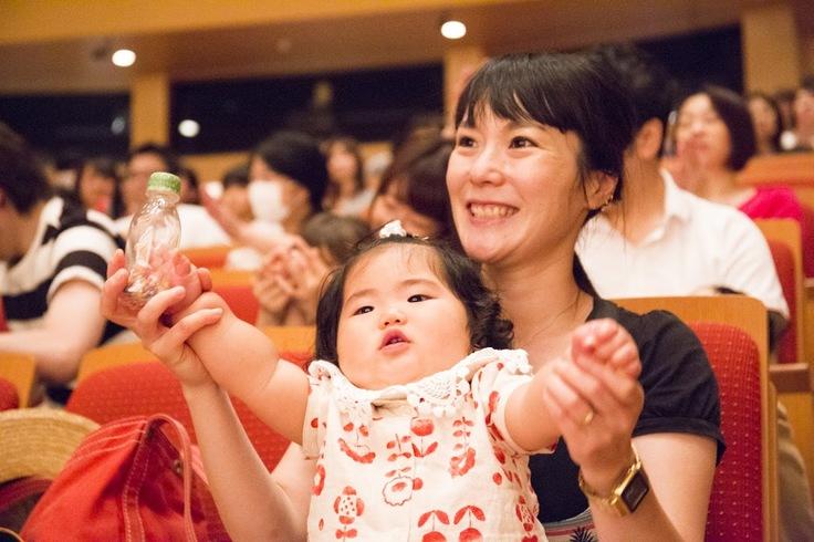コンサートを楽しむ赤ちゃんとお母さん