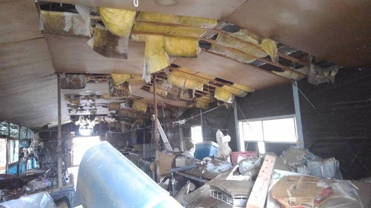 屋根まで水没してしまった訓練所の犬舎は天井も落ち、床面には大量の漂着ごみと泥が堆積。