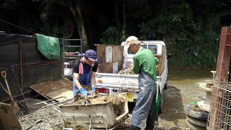 泥まみれの漂着物搬出作業