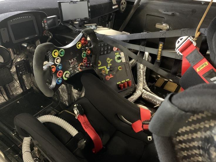 レースで使用するスーパーGTマシンのコックピット