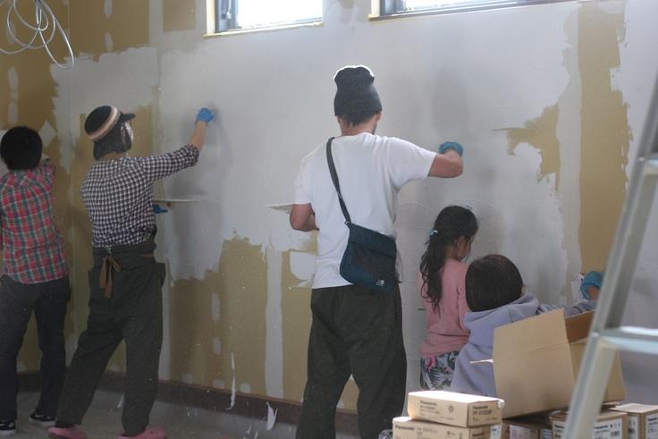 地域の仲間に手伝ってもらい、壁を自分たちで塗る(予算削減)