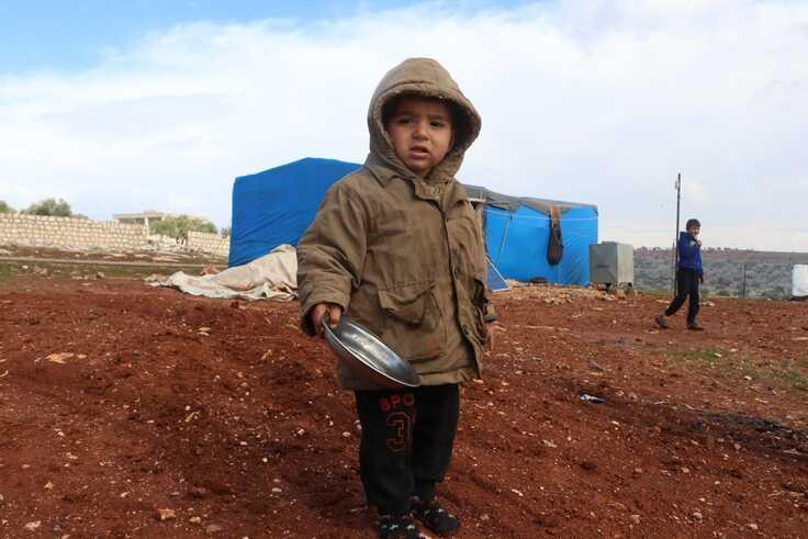 お皿を持った難民の子供