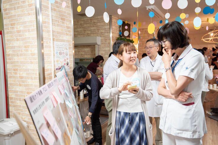 病院スタッフと学生の意見交換のイベント「アートカフェ」