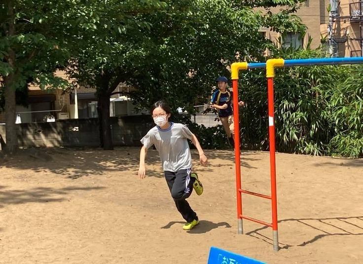 公園で遊ぶ子ども(フリースクールネモ提供)