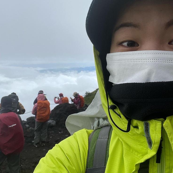 先日富士山登頂に1人で参加した様子です!頂上まで登れなかったのが悔しい!