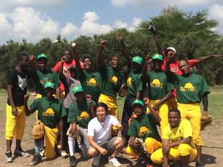 デコボコ荒地で練習するケニアの野球選手に初めてグラウンドを!