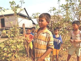 電気も水道もないカンボジア・ラアック村の小学校にいすと机を届けたい!