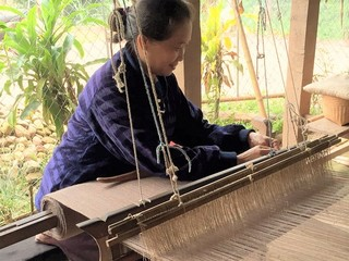ラオスの伝統的織物と日本技術を融合したファッションブランド!