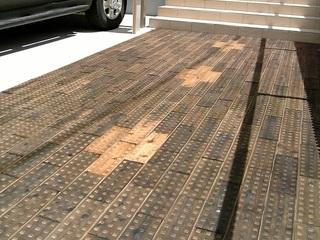花粉対策にも効果あり!廃棄木材を圧縮して、歩道レンガに!