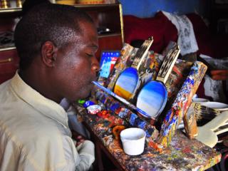 両手両足の自由を失ったアフリカの画家の個展を日本で開きたい!