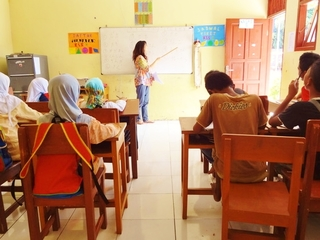 インドネシアの貧困層の子どもたち100名に学用品を届けたい!