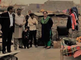 """パキスタンの""""見捨てられた""""劣悪スラムの縫製学校を拡張したい"""
