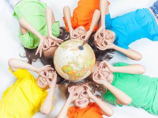 世界中の学校をめぐり、子供達の笑顔の輪を広げる地球一周の旅!