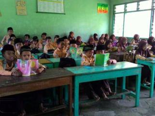 インドネシアの孤児院に、安全な勉強机と椅子を贈りたい!