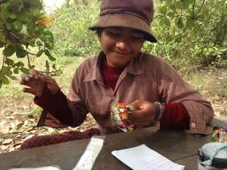 お菓子袋からバッグを!カンボジア・リエンポン村に工房を建設!