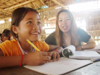 教科書を手で抱え通学するカンボジアの子供達に通学鞄を届けたい
