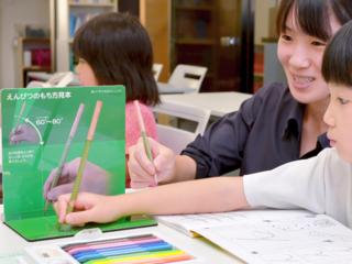 飯豊発!日本全国の子ども達に正しいえんぴつのもち方を伝えたい