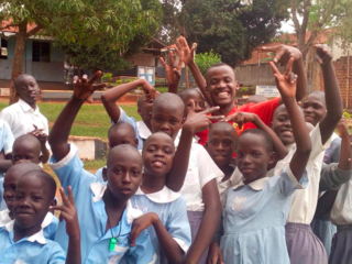HIVで親を失ったウガンダの5人の孤児に学校へ行くチャンスを。