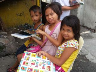 絵本の読み聞かせでフィリピンの子どもたちの夢と希望に繋げたい
