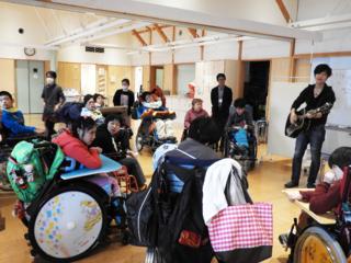 障害者施設の関係者が、みんなで親しめる愛唱歌を作りたい!