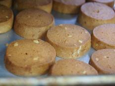 フェアトレード原料でクッキーを作り、障害者の自立へつなげる