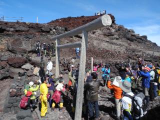 富士登山に挑む、がんサバイバーを10周年限定タオルで応援!