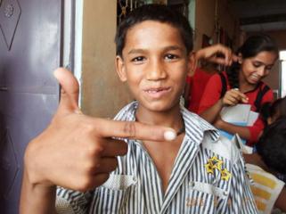 獣医学生がインドの友人の夢のためにスラムに学校を建てる!