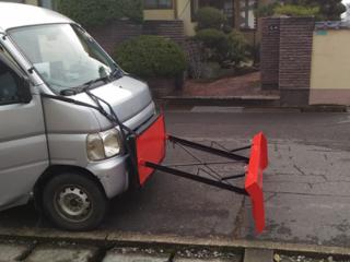 自家用車に簡単に、工具無しで装着可能な除雪機=排雪板