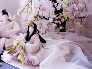 後藤由香子のお雛様の十二単を等身大化。雛祭りを体感する機会を