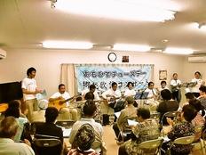 福島県いわき市のお年寄りが大声で昭和歌謡を歌えるコンサートを