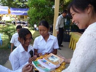 カンボジア・コンポンチャム州の学校に英語の教科書を届けたい!