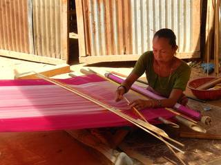 バングラデシュ丘陵地帯の自然に優しい昔ながらの機織りを再び。
