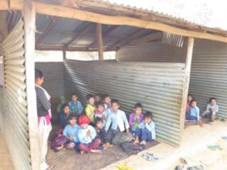 ネパール大地震で倒壊した校舎で学ぶ学生に椅子と机を届けたい