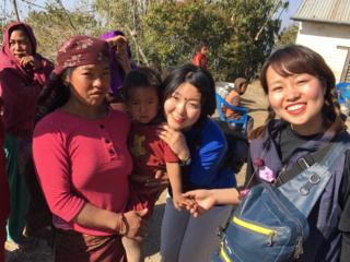 学生がネパール人々のために、バイオガスを設置します