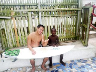 ガーナの子どもにサーフィンを通して海や環境の大切さを教えたい