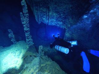 鹿児島県徳之島天城町。日本最大級の水中鍾乳洞、全貌を解明へ!
