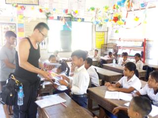 カンボジアの貧しい子どもたちのために、文房具などを届けたい!